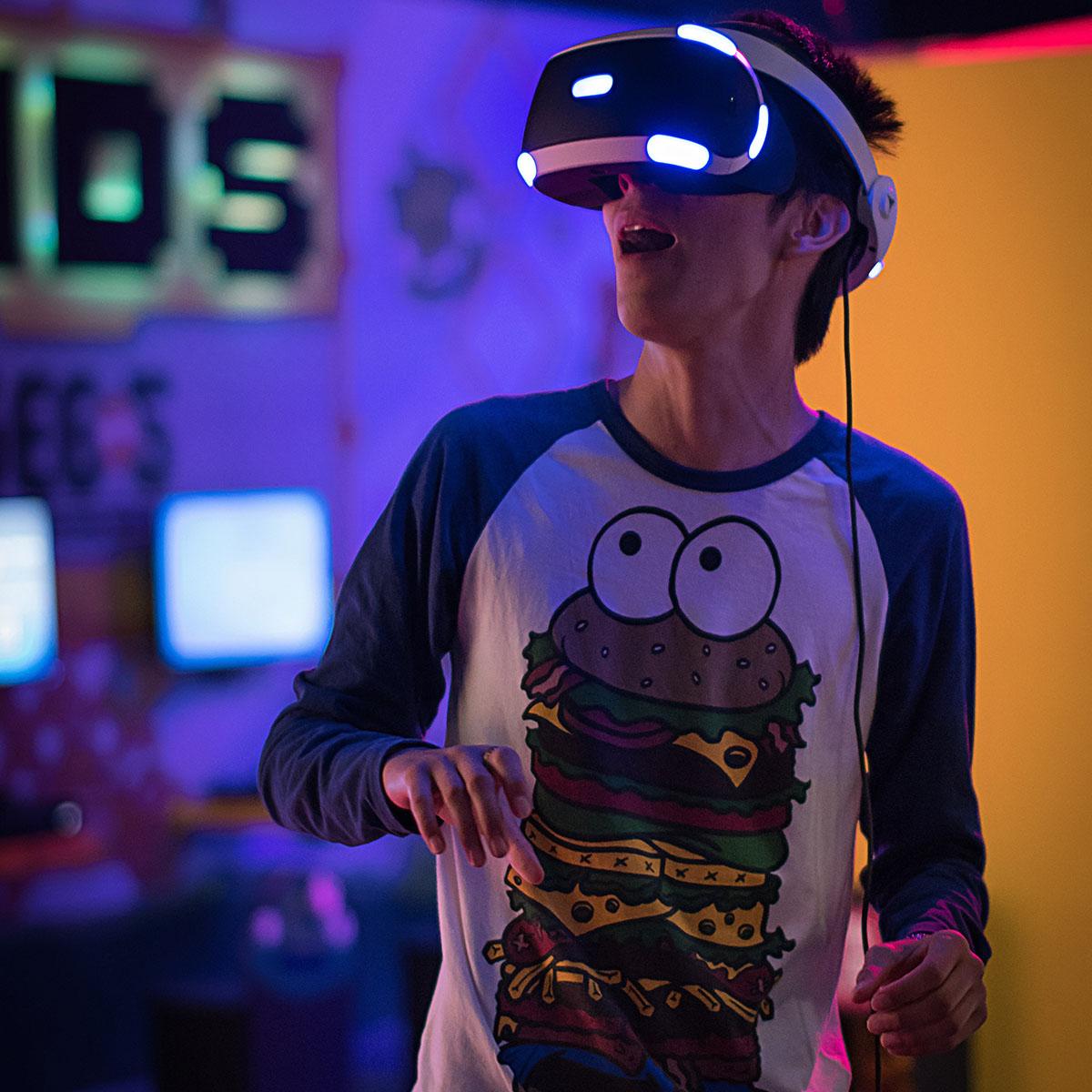 Jeune homme avec un casque de réalité virtuelle sur la tête