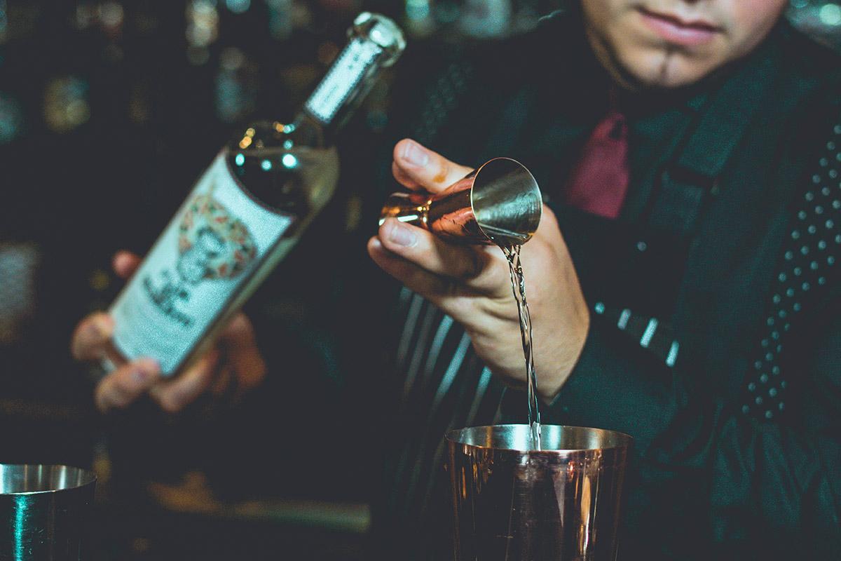 Un barman préparant un cocktail