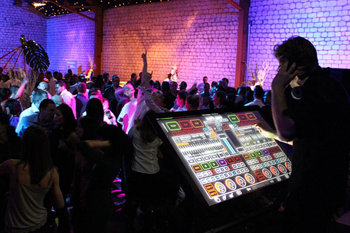DJ jouant sur Platines Tactiles