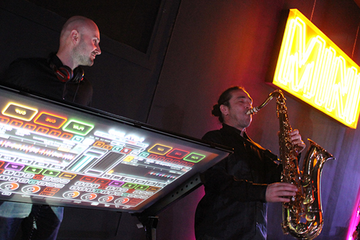 Saxophoniste et platines tactiles