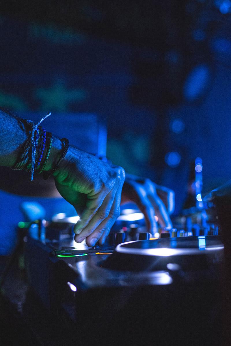 DJ Yourbox mixant, plan sur ses mains