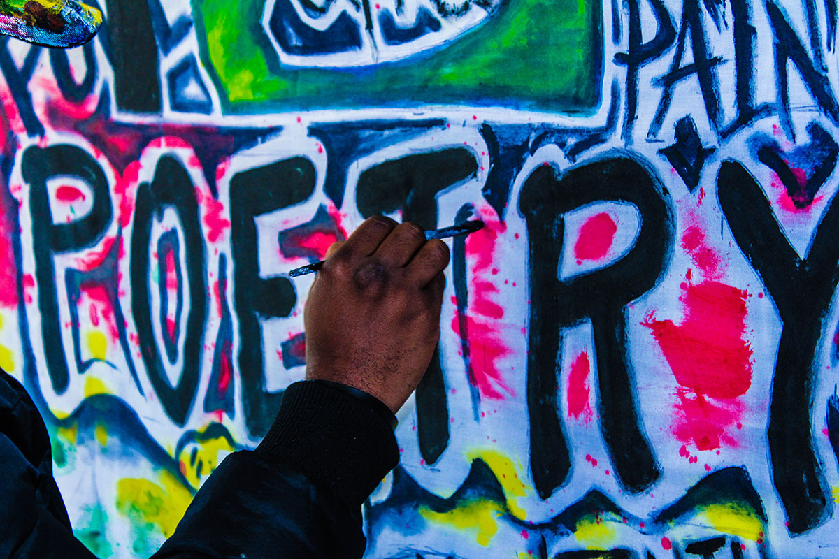 Un graffiti où est écrit poésie en anglais