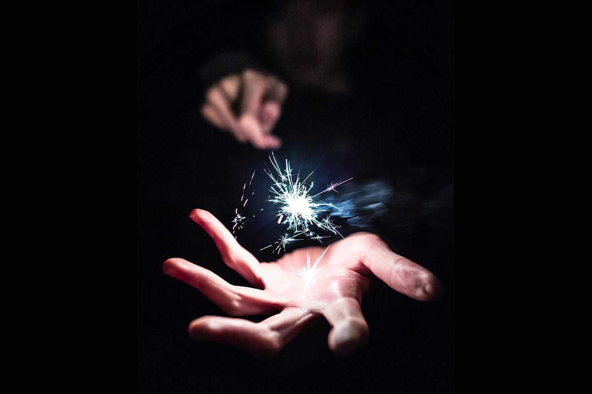 Une étincelle dans la main d'un magicien