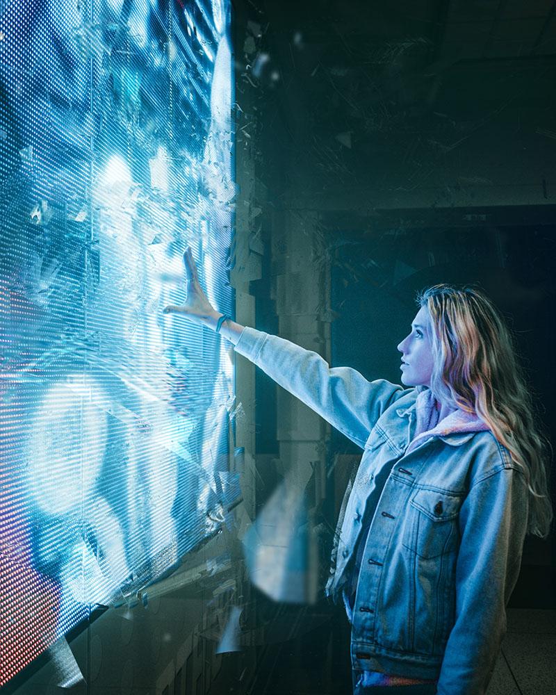 Femme découvrant un écran en réalité augmentée