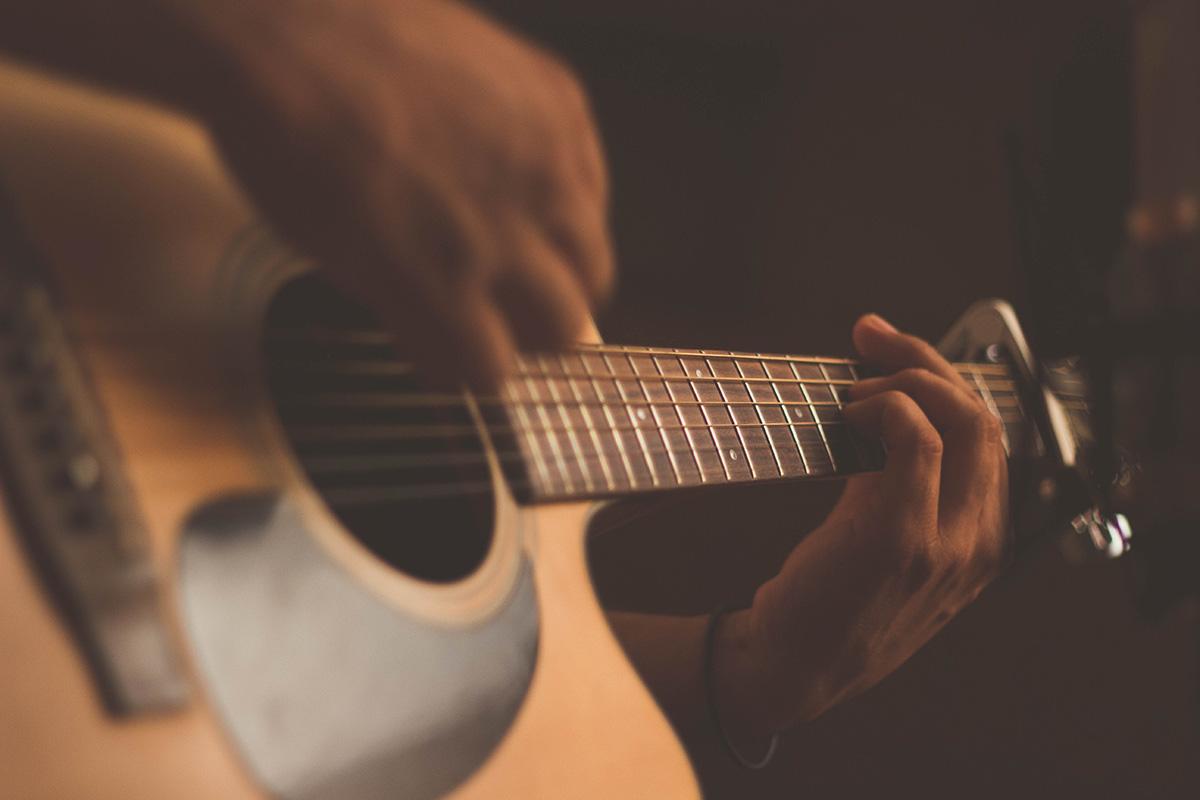 William Jones jouant sur sa guitare