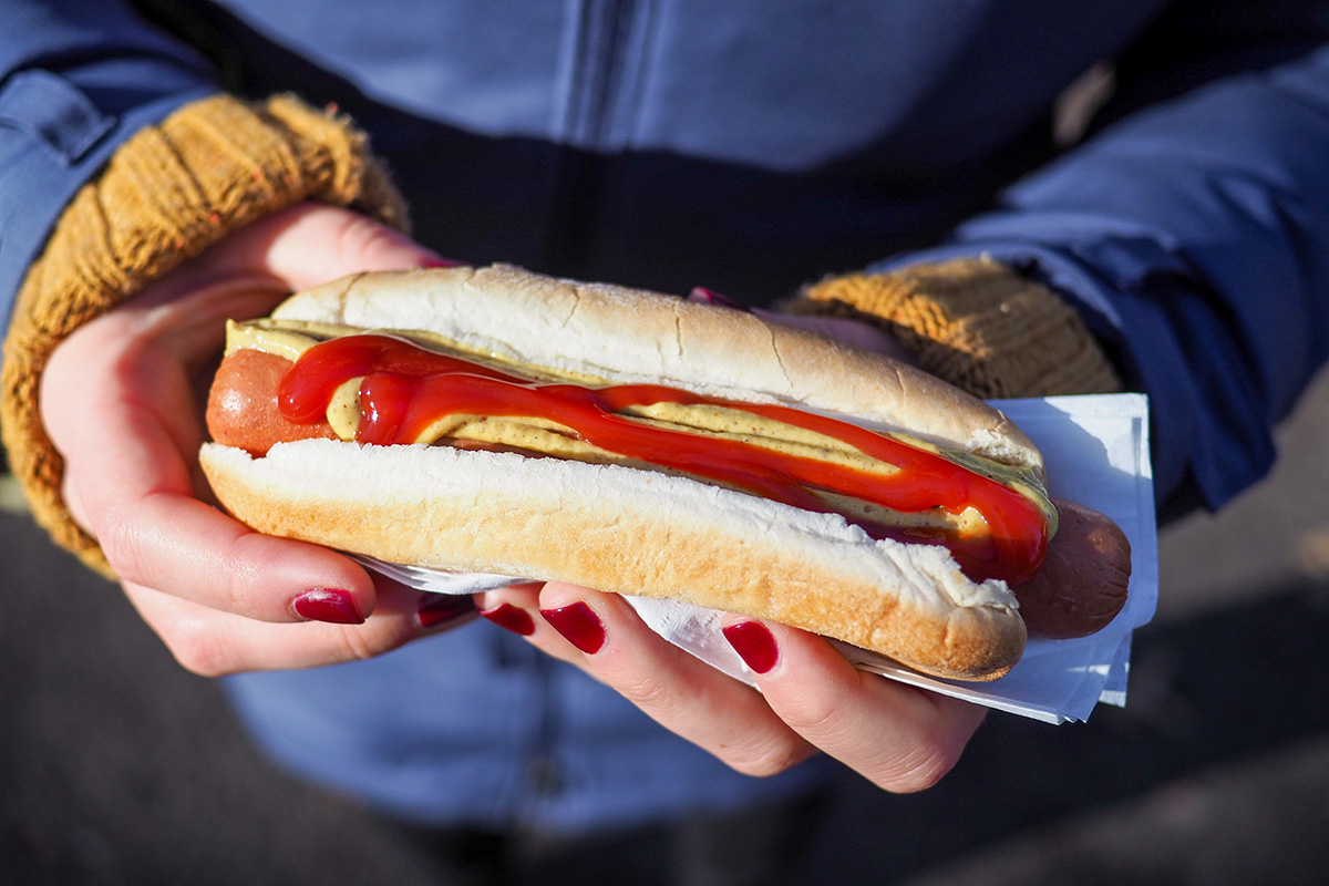 Hot-dog sortant d'un stand de hot-dog