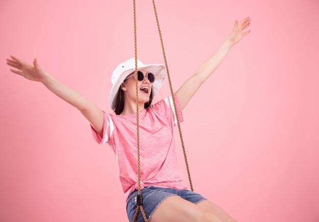 femme sur une balançoire lors d'une soirée à thème retour en enfance