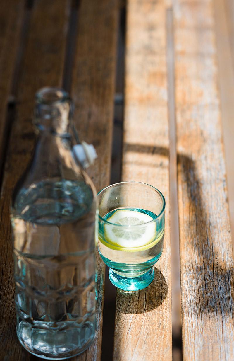 Eau minérale citronnée provenant du bar à eaux