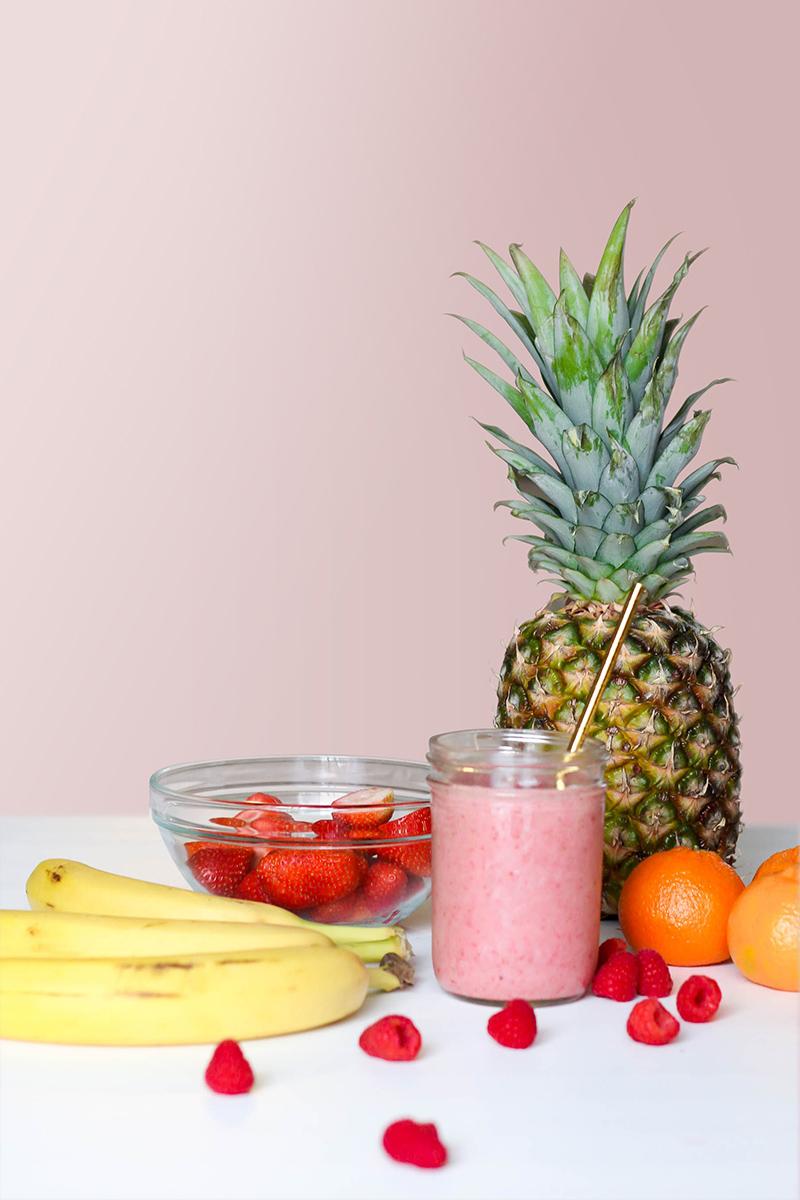 Smoothie accompagné de fruits