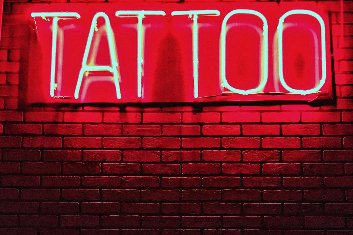 Néon avec écrit tatouages en anglais