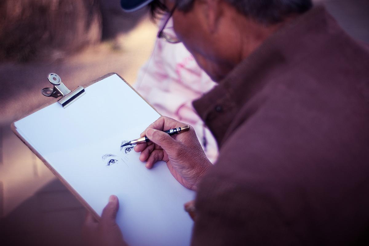 Un homme dessinant des yeux