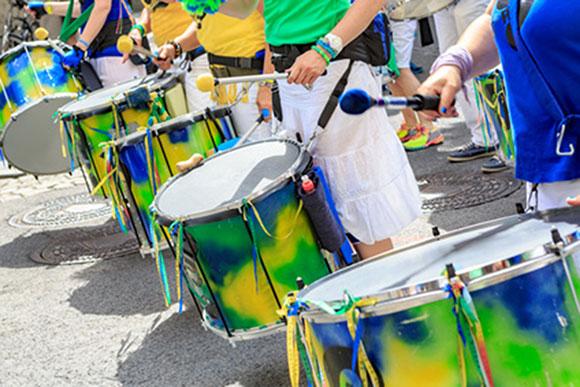 Musiciens de percussions de carnaval brésilien