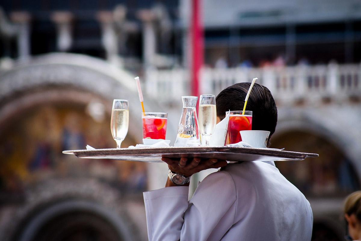 Faux serveur tenant un plateau de boissons