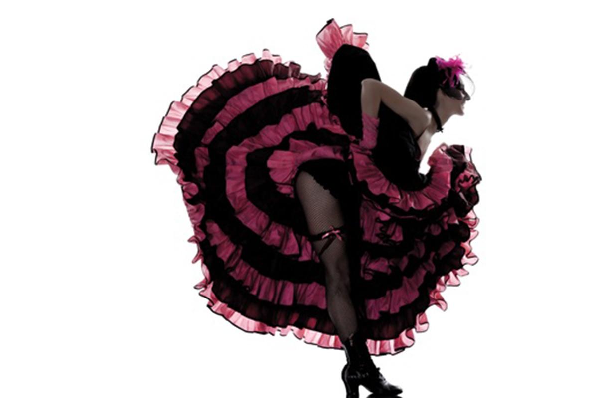 Danseuse de french cancan penché en avant et de profil