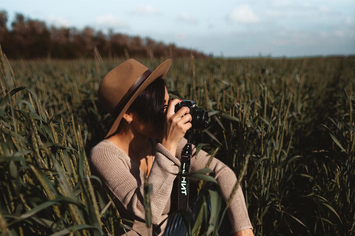 Photographe dans un champ