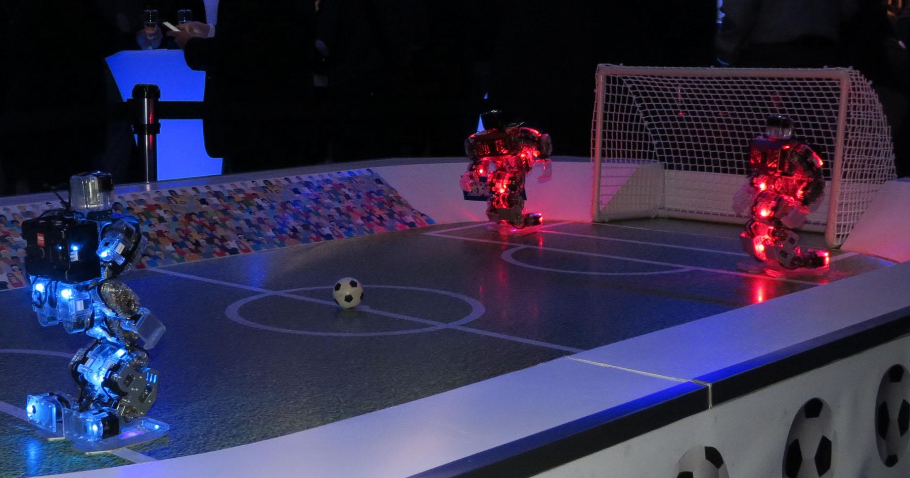 Robots Footballeurs sur le terrain dans le noir