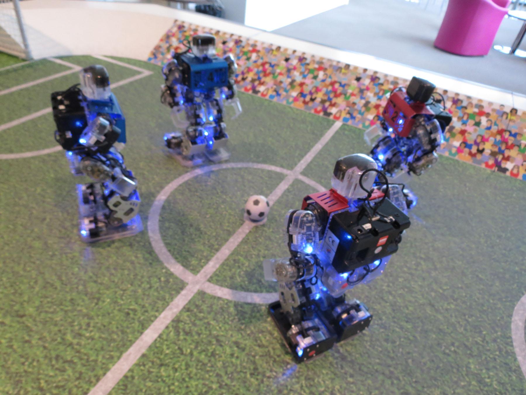 Robot Footballeurs autour du ballon
