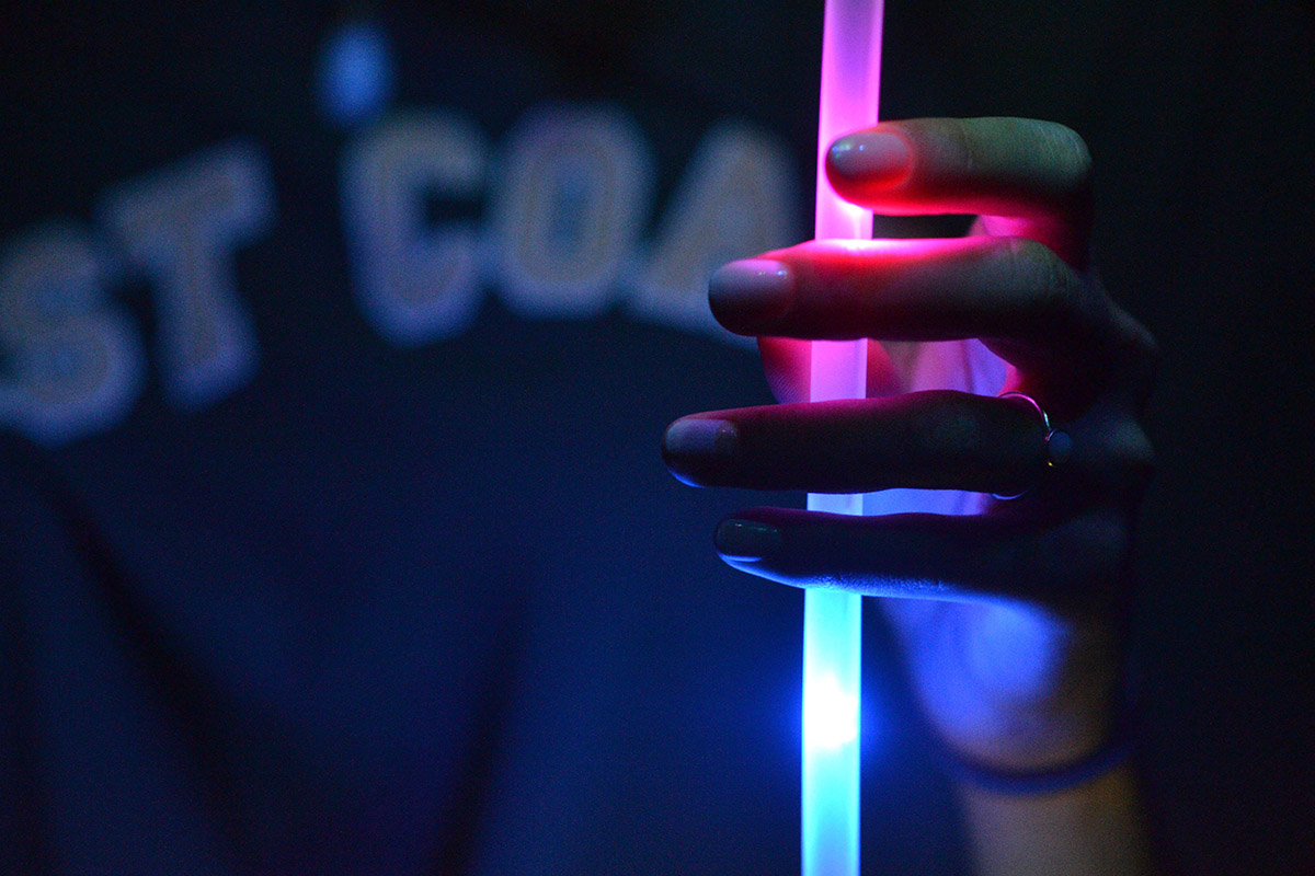 Un bâton fluorescent dans la main d'une personne