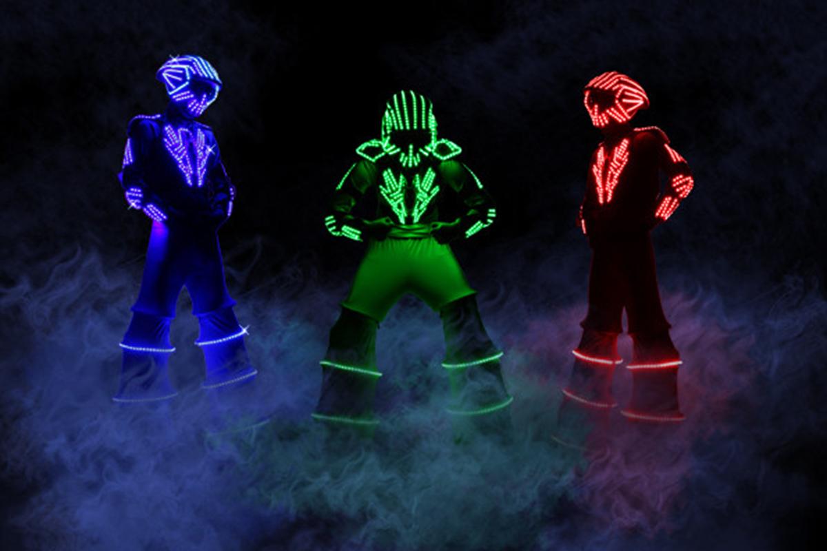 Des robots lumineux avec de la brume aux pieds