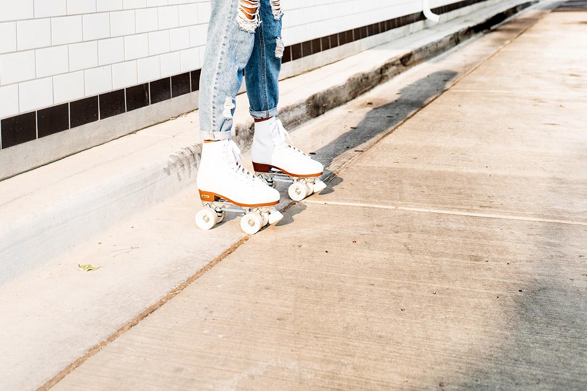 Une personne en roller dans la rue