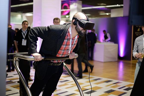 joueur sur la plateforme du simulateur en réalité virtuelle lors d'une soirée événementielle