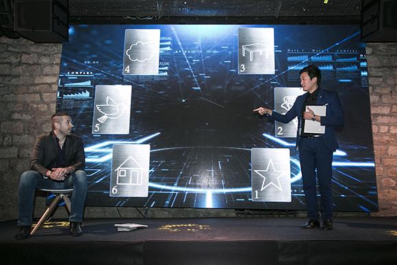 Magicien digital avec un spectateur de l'événement, sur scène pendant un show de magie interactive
