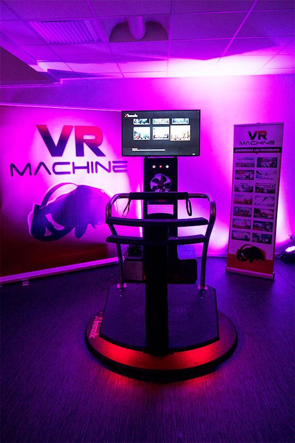 simulateur en réalité virtuelle installé dans un lieu de réception lors d'une soirée événementielle