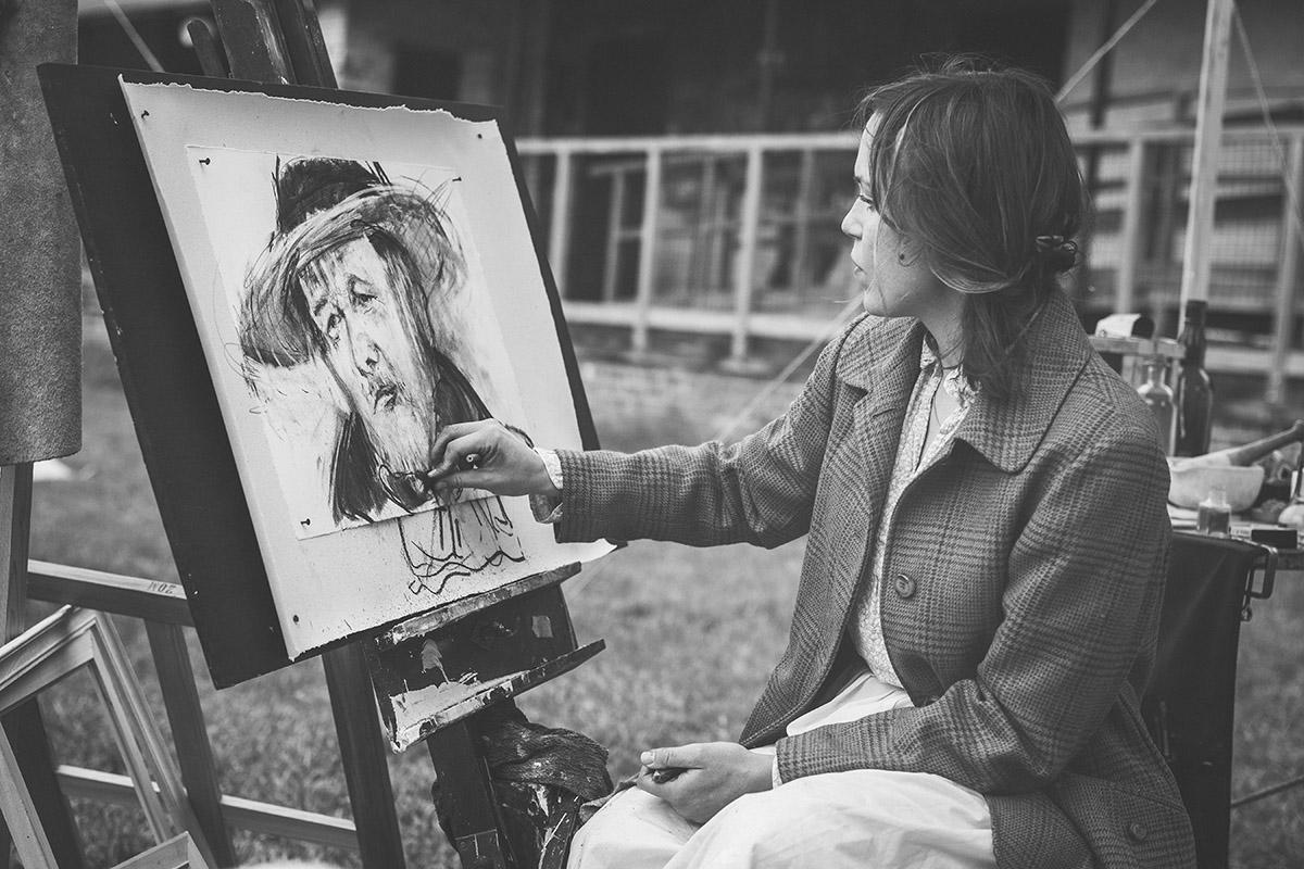 Caricaturiste en train de peindre quelqu'un