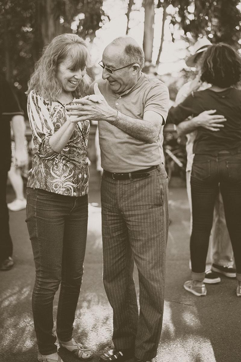 Couple de personnes âgées danseurs