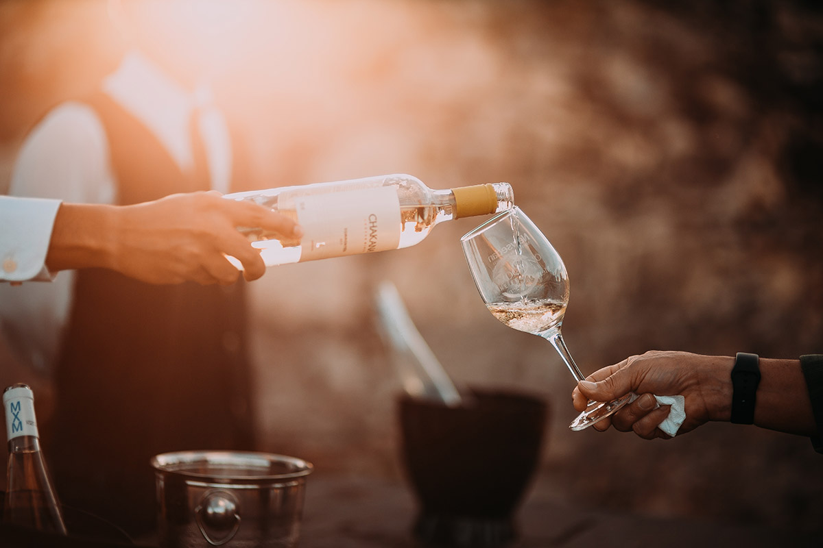 Verre de vin servi par un serveur