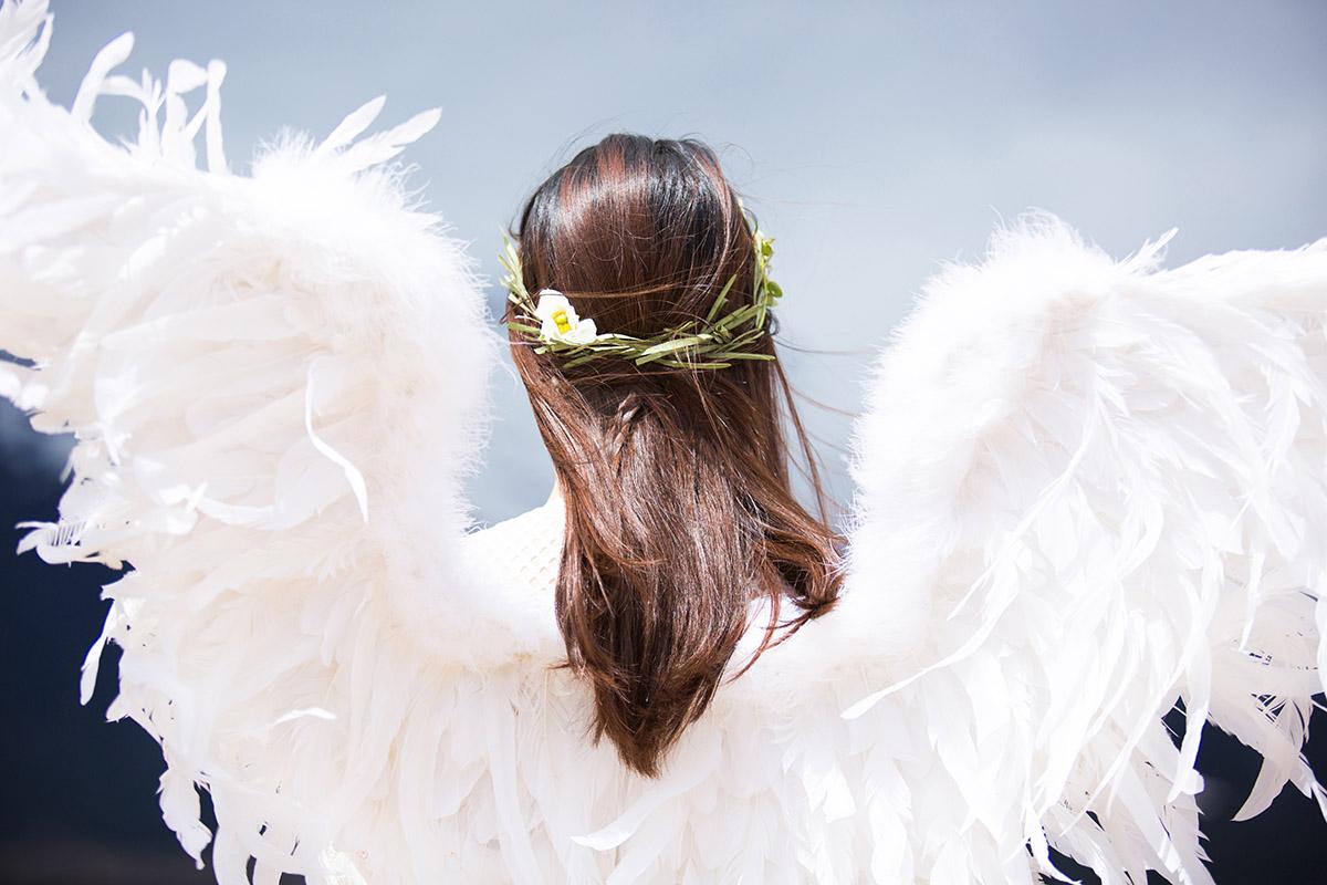 Jeune femme déguisé en ange