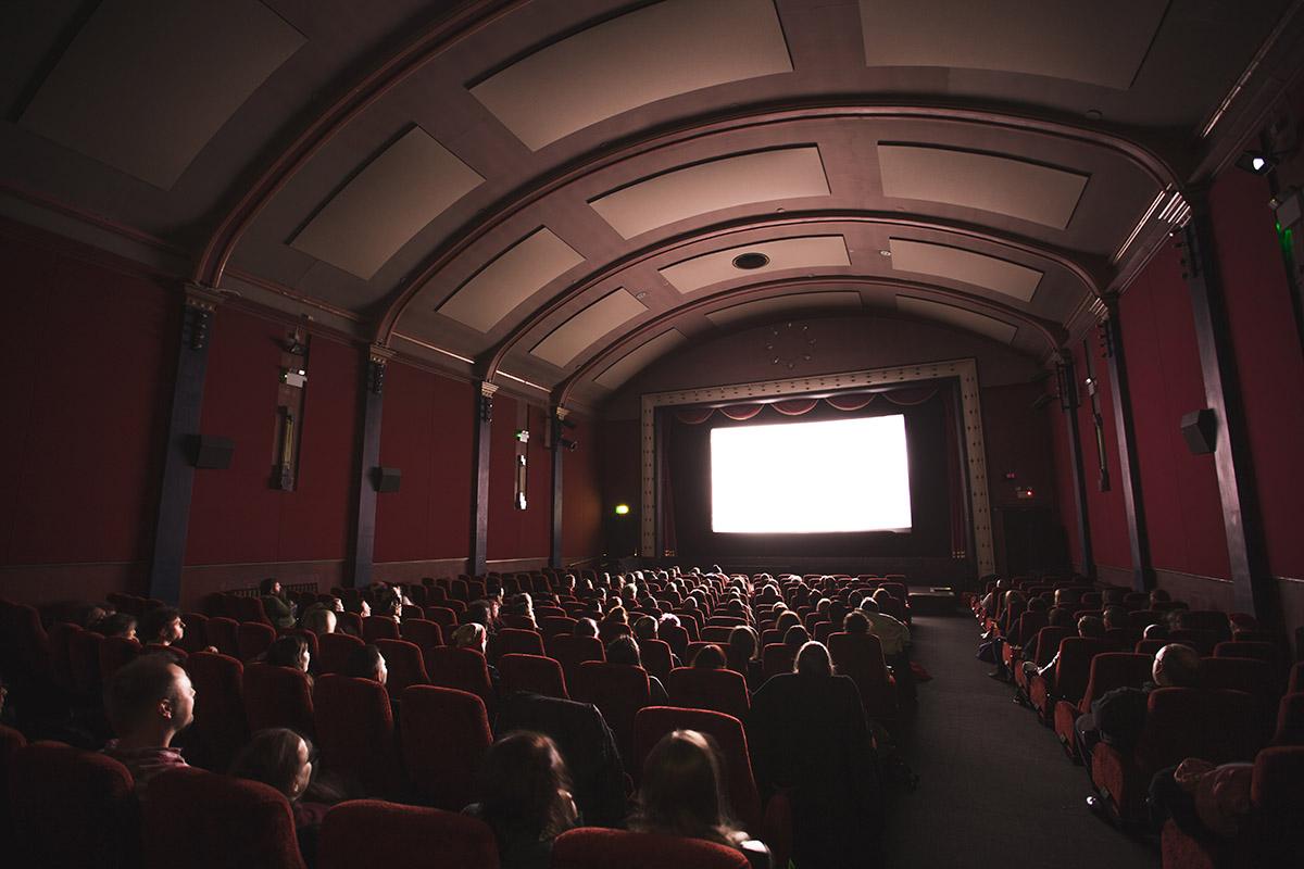 Salle de cinéma dans le noir