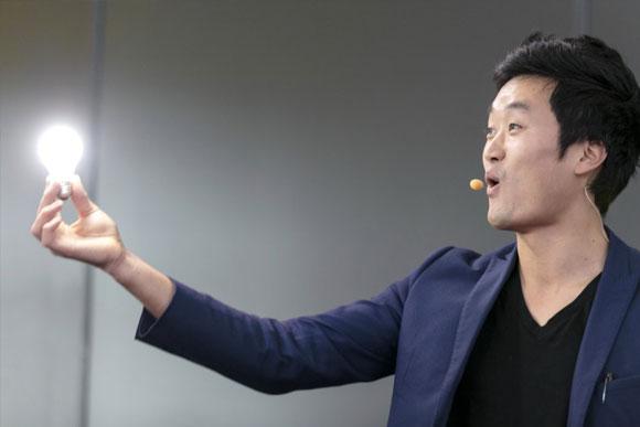 magicien utilisant la technologie pour faire un tour visuel