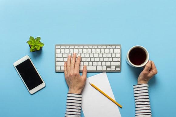 femme-travaille-au-bureau-bleu-espace-travail-concept-travaillant-ordinateur-independant_164357-1148