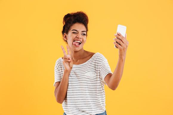 femme participant sur son telephone à une animation virtuelle de défi en ligne