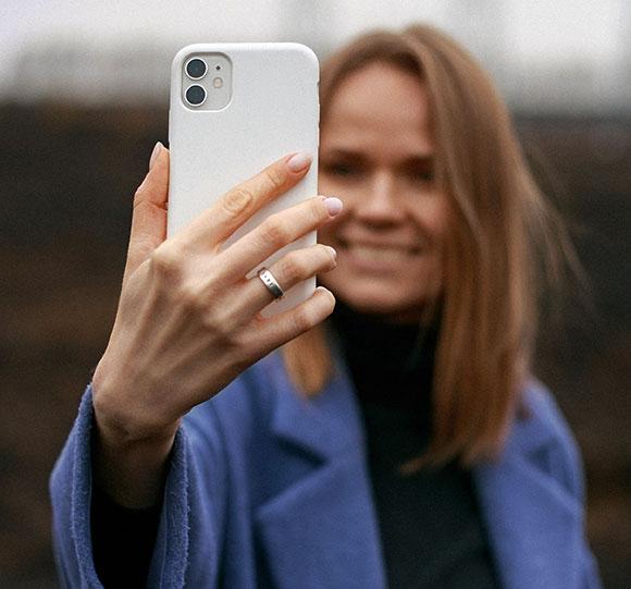 femme souriante se prenant en selfie pour l'animation virtuelle mosaïque photo en ligne