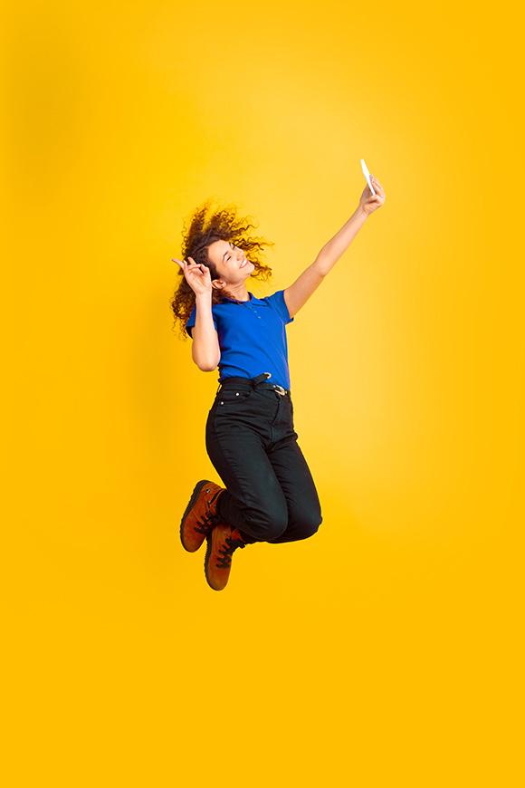 femme réalisant un selfie original avec son téléphone